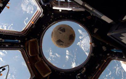 ارتطام كرة قدم بنافذة محطة فضائية دولية