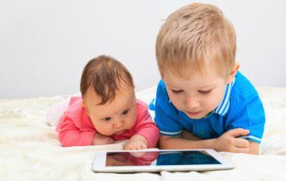 شاشة الهاتف الذكي تهدد عين الأطفال