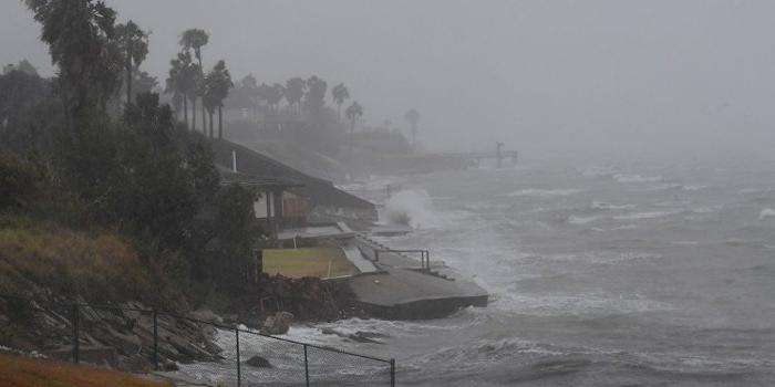 إعصار عنيف يضرب اليابان ويوقف البلاد عن الحركة