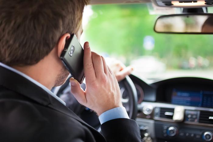 تقنية بريطانية جديدة لمنع السائقين من استخدام هواتفهم أثناء القيادة