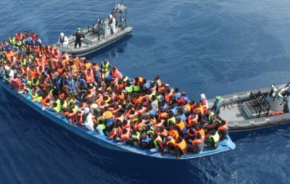 تونس تسمح لمركب مهاجرين بالدخول إلى أحد موانئها