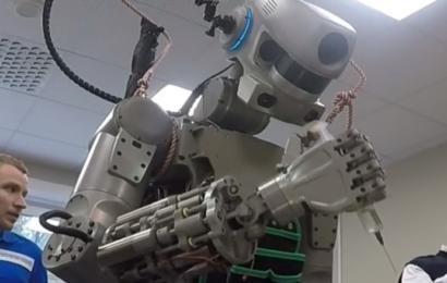 الوظائف المهددة  في الصين روبوت يصنع روبوتا مثله