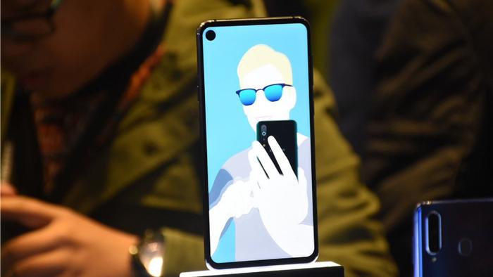 بشاشة مميزة تغطي كامل واجهته.. تعرفوا إلى Galaxy A8s