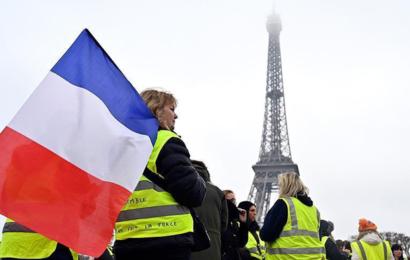 """""""السترات الصفراء"""" تعود في الشارع الفرنسي من جديد .."""