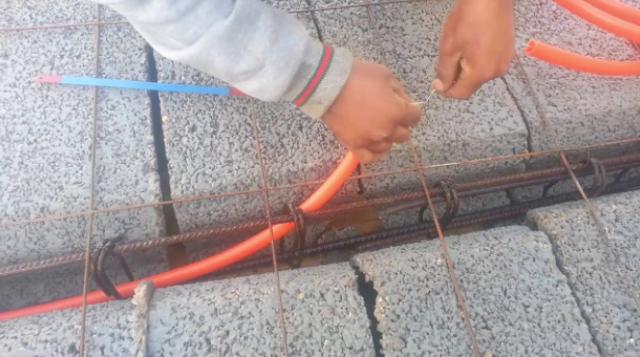 طريقة رائعة لتركيب القنوات الكهربائية قبل سكب الخرسانة