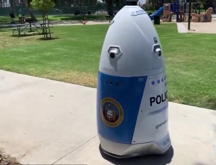 أول شرطي روبوت يبدأ مهامه في الولايات المتحدة