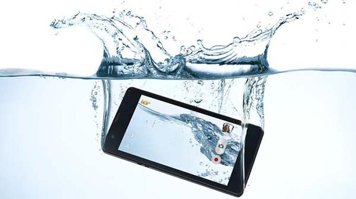 طرق ناجعة تحمي الهاتف عند سقوطه في الماء
